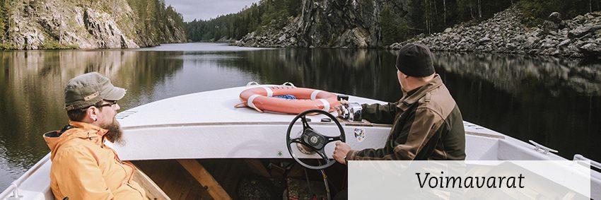 kurssin teemana voimavarat, kaksi miestä veneessä keskellä tyyntä jokea